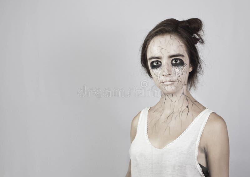 Halloween Ritratto di una ragazza triste con le contusioni sotto i suoi occhi, vene nere sul suo fronte concetto di Halloween e d immagine stock libera da diritti