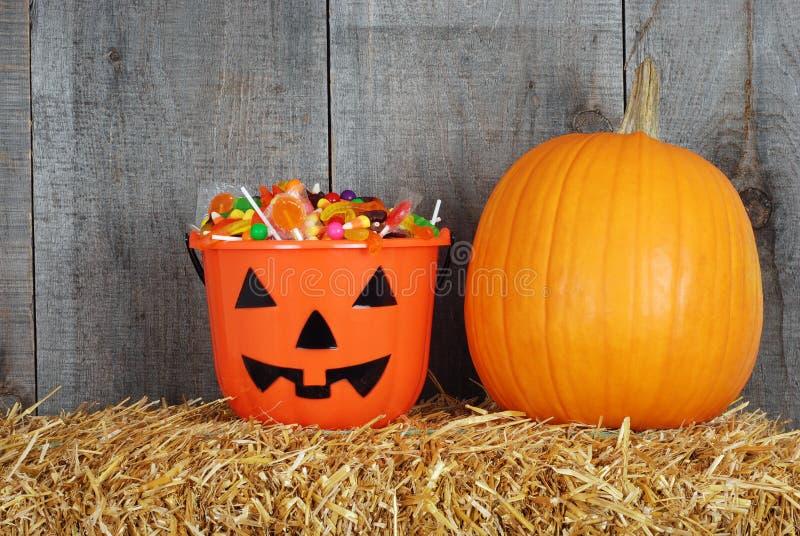 Halloween-Süßigkeit in der Kürbiswanne lizenzfreies stockbild