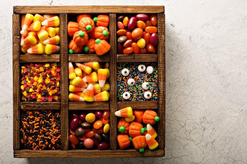 Halloween-Süßigkeit in einer Holzkiste stockfotografie
