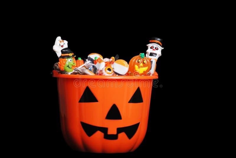 Halloween-Süßigkeit im Kürbis stockbilder
