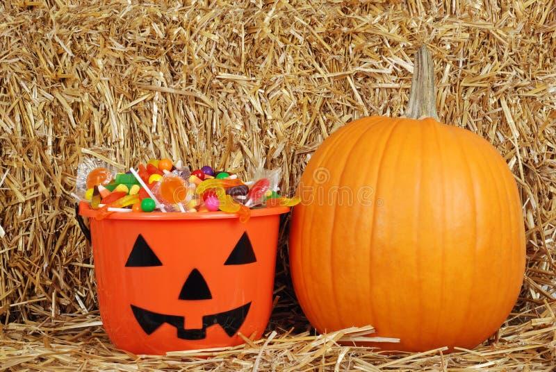 Halloween-Süßigkeit mit einem Kürbis stockfotografie