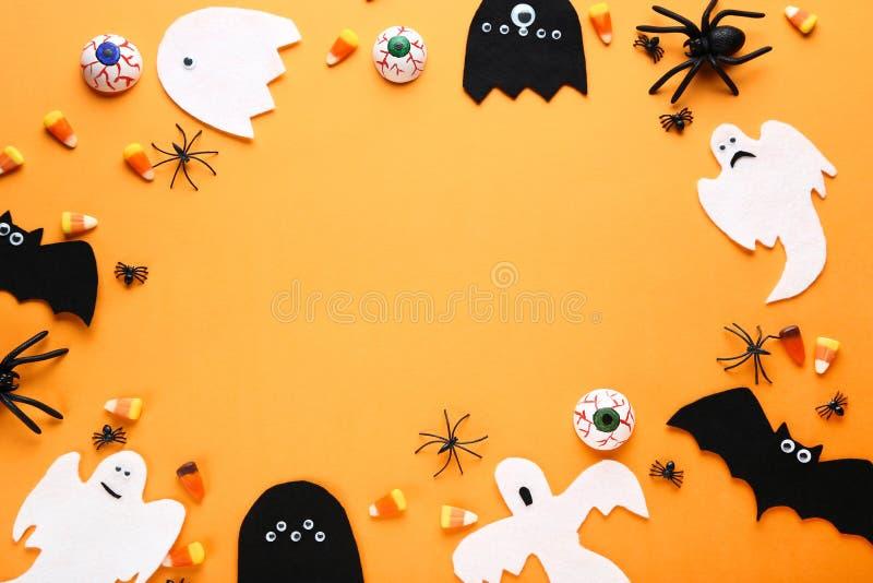 Halloween-Süßigkeiten mit Dekorationen lizenzfreies stockfoto