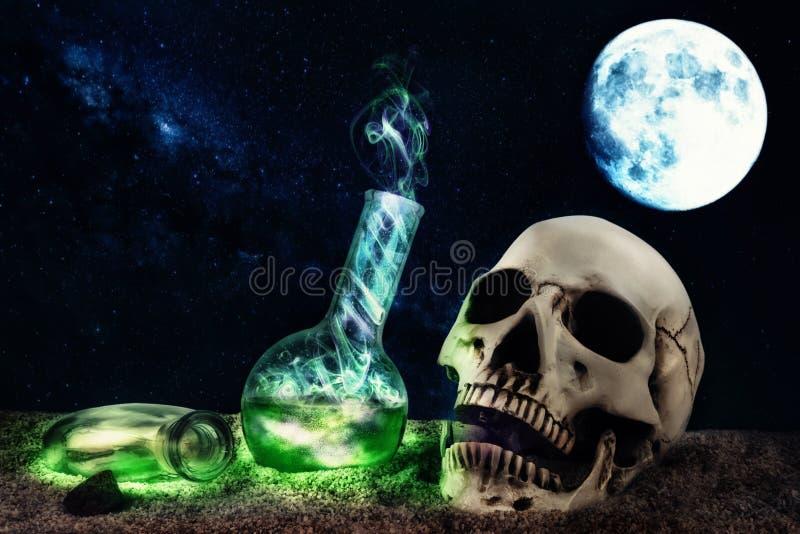 Halloween-samenstelling in woestijnsc?ne met schedel en geheimzinnige rokende flessen stock afbeeldingen