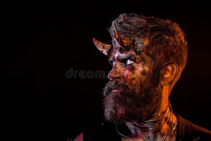 Halloween satan avec la barbe, sang rouge, blessures sur le profil de visage photographie stock libre de droits