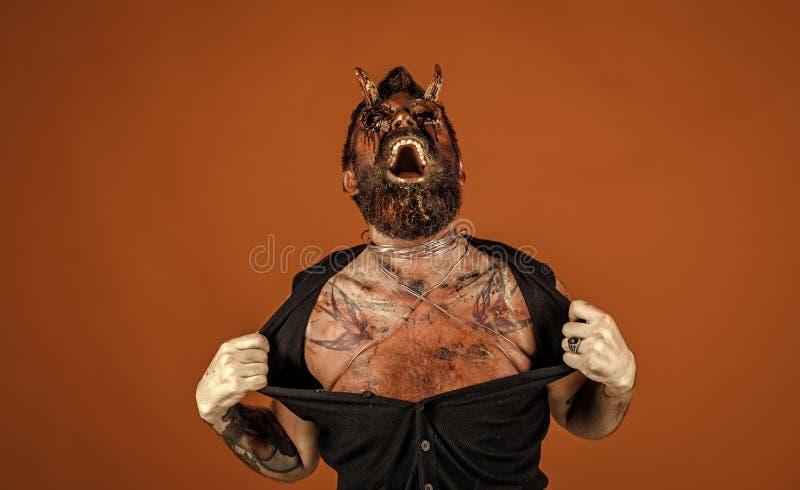 Halloween satan avec le sang rouge observe, barbe, blessures photo stock