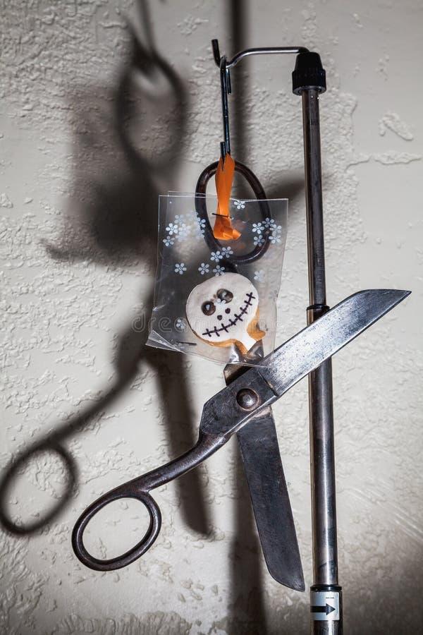 Halloween, schaar en schaduw stock foto