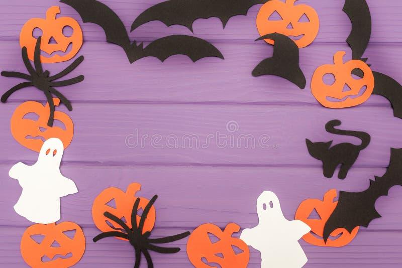 Halloween-Schattenbilder schnitten vom Papier heraus, das vom runden Rahmen gemacht wurde lizenzfreie abbildung