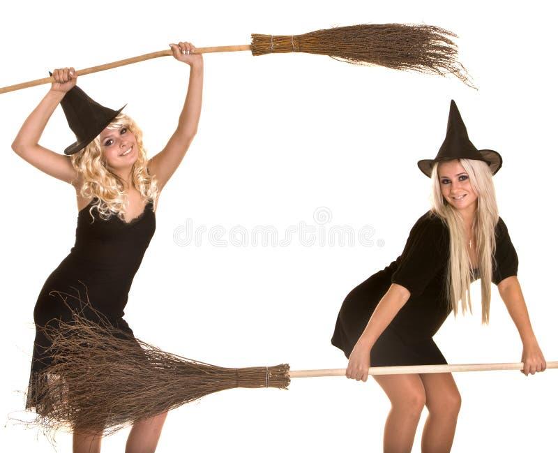 Halloween-schwarze Hexe blond mit Besenfahne. lizenzfreie stockfotografie