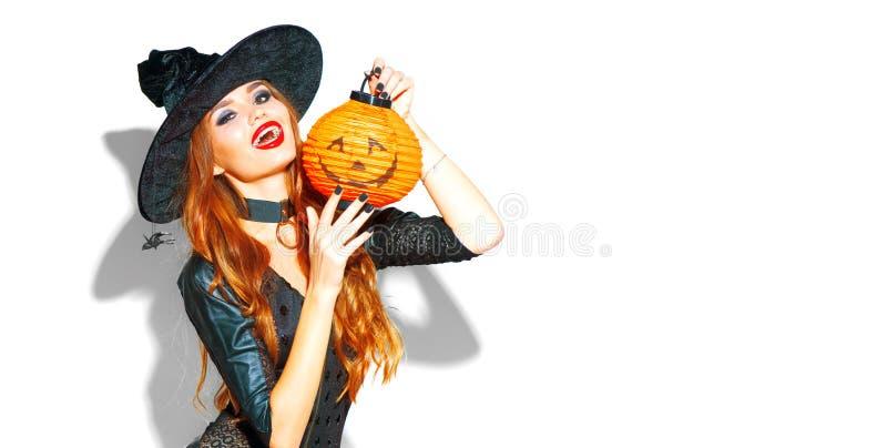 halloween Seksowna czarownica z jaskrawym wakacyjnym makeup Piękna młoda kobieta pozuje w czarownicach kostiumowych z dyniowym la obrazy stock