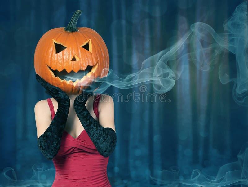 Halloween Senhora 'sexy' com a abóbora grande na cabeça fotografia de stock