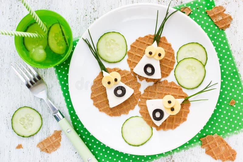 Halloween-snack voor kinderen - de grappige kaas van spookmonsters canap stock afbeelding