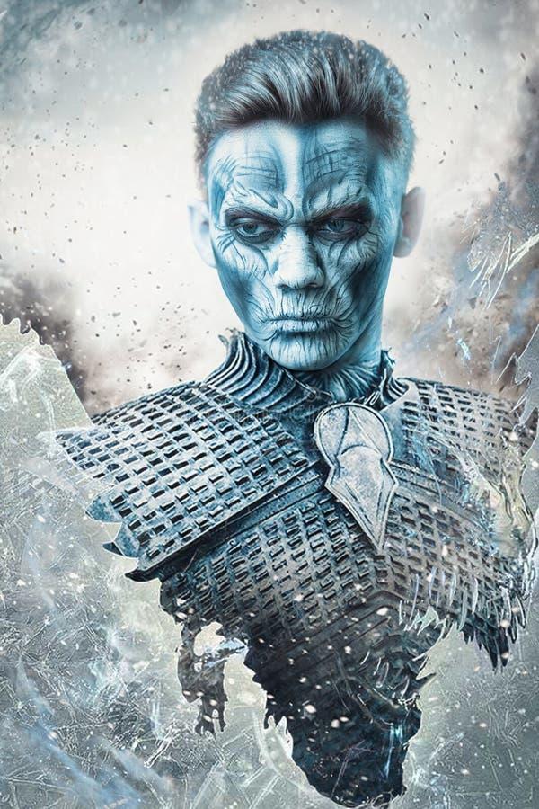 Halloween sneeuw bedekt met zombie-strijder in de harnas van een middeleeuwse nacht royalty-vrije stock foto's