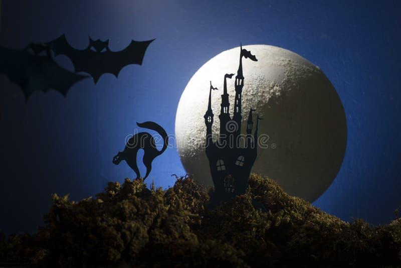 Halloween, sorcière sur un manche à balai à l'arrière-plan de la lune photos libres de droits
