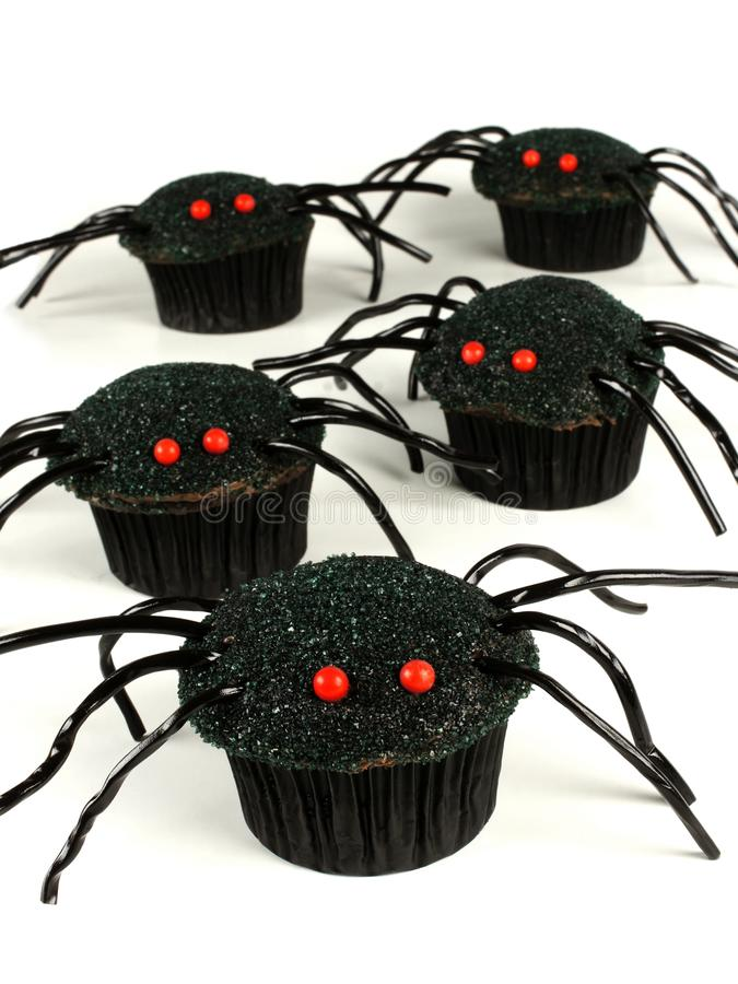 Halloween-spin cupcakes over wit stock foto's