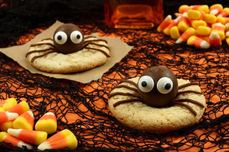 Halloween-Spinnenplätzchen auf orange und schwarzem Hintergrund lizenzfreies stockfoto