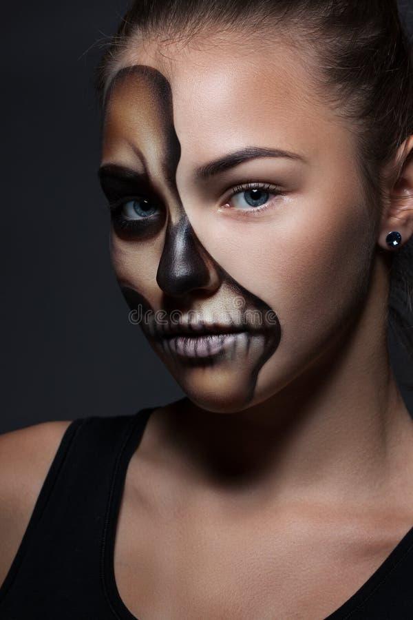 halloween Stående av den unga härliga flickan med sminkskelettet arkivbilder