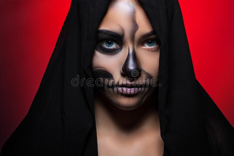halloween Stående av en ung härlig flicka med skelett- makeup på hennes framsida royaltyfria foton