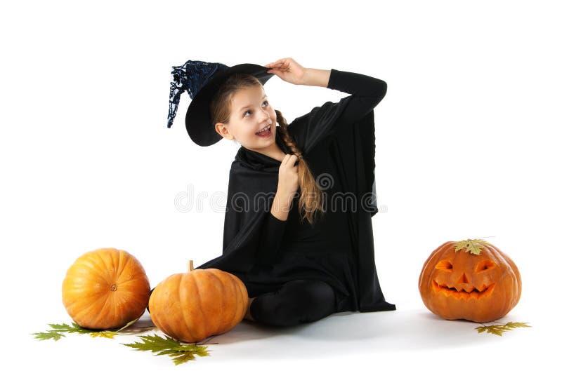 halloween Stående av lilla flickan i häxadräkt arkivfoto