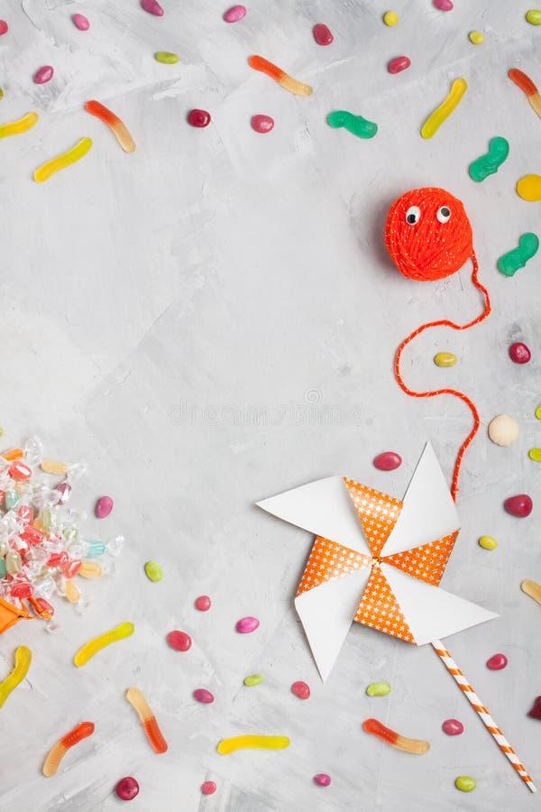 Halloween stellen auf Ball des Garns, Karussell, Süßigkeiten, gummi Würmer gegenüber stockfoto