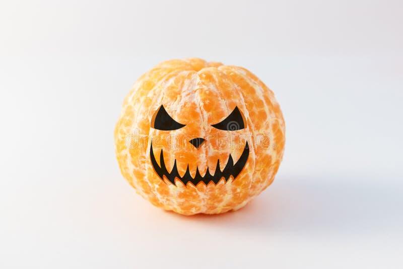 Halloween stellen auf der abgezogenen ganzen Tangerine oder den Mandarinefrüchten gegenüber lizenzfreie stockbilder