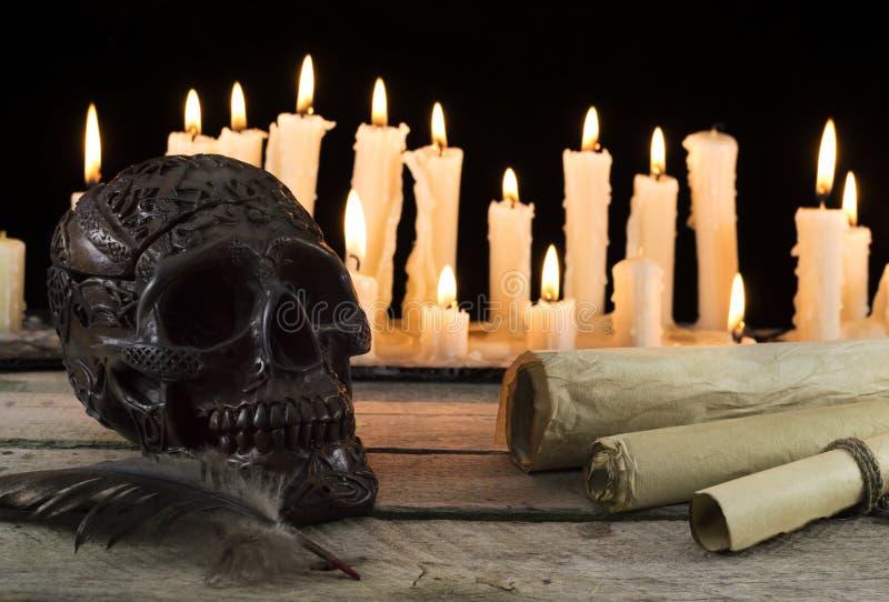 Halloween-stilleven met schedel en rollen stock foto's