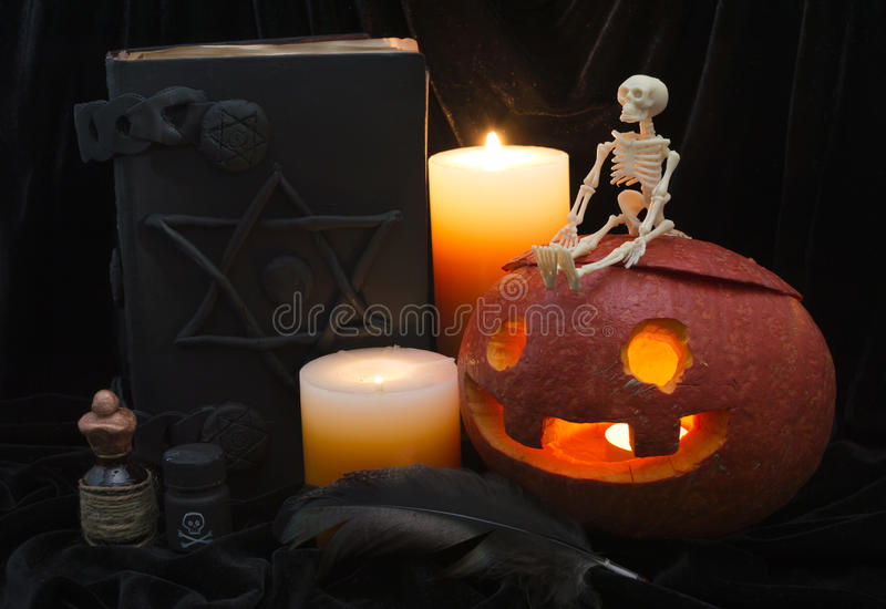 Halloween-Stillleben mit dem Skelett lizenzfreies stockfoto