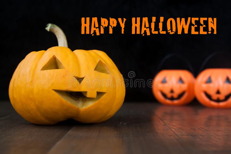 Halloween-Stillleben mit Kürbisen auf Bretterboden und dunklem Hintergrund mit glücklichem Halloween stockfotografie