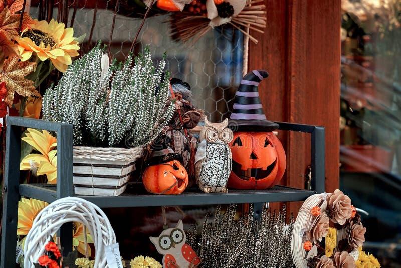 Halloween-Straßendekor mit frischen Fallkürbisen und -blumen stockfotografie