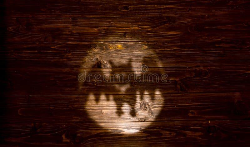 Halloween Symbolisch die silhouet van knuppel van licht en schaduw wordt gesneden Vakantieelementen op houten achtergrond royalty-vrije stock foto's