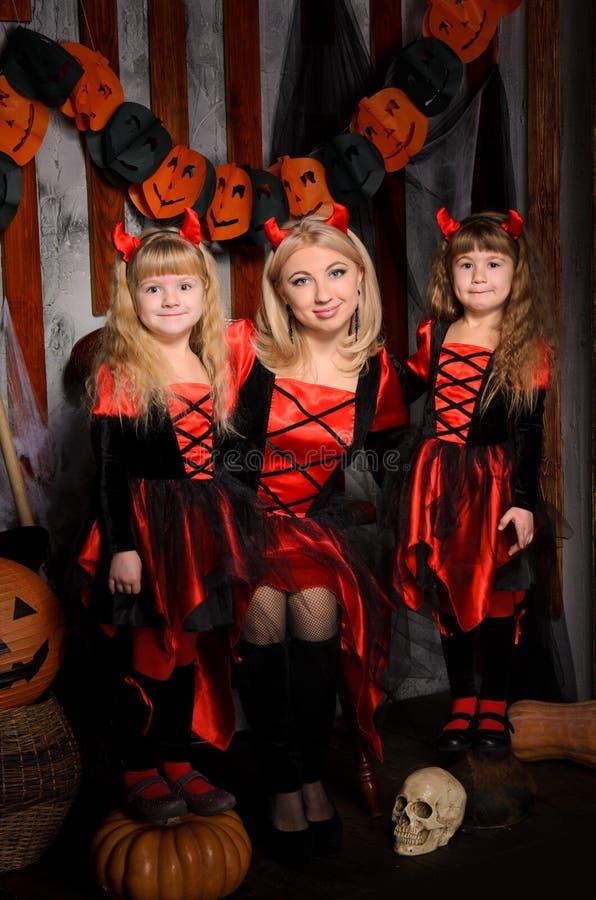Halloween-Szene mit drei attraktiven Hexen stockbild