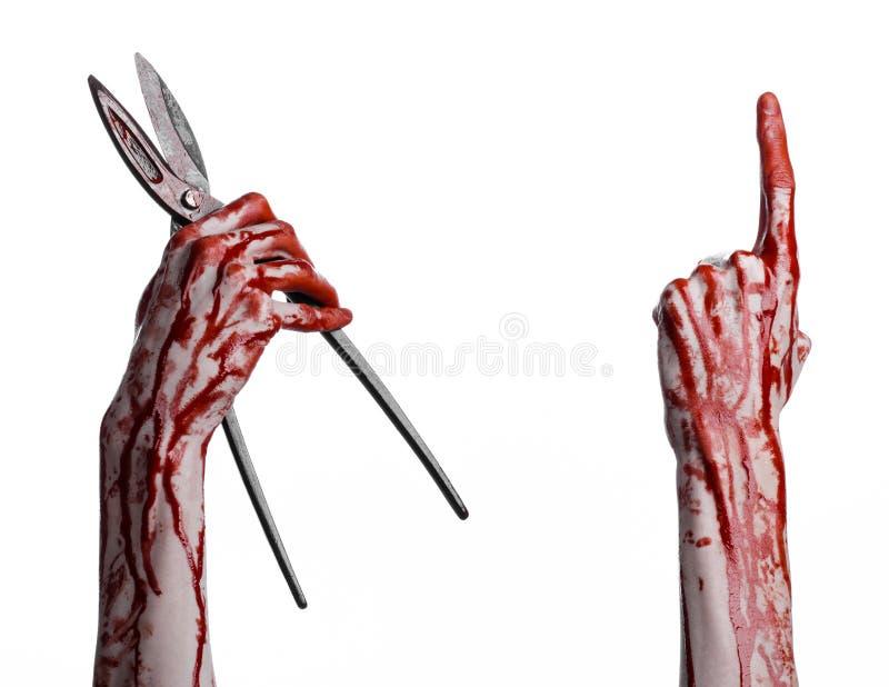 Halloween-thema: bloedige hand die een grote oude bloedige schaar op een witte achtergrond houden stock fotografie
