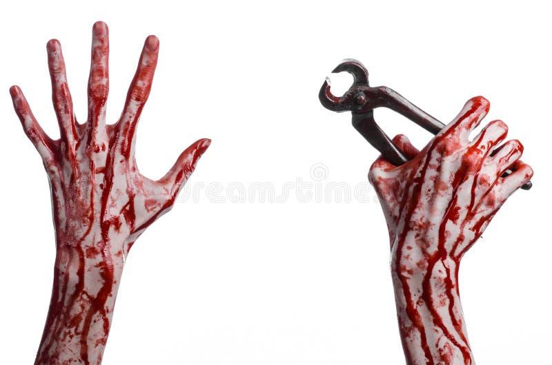 Halloween-Thema: blutige Hand, halten Zangen auf einem weißen Hintergrund lizenzfreies stockfoto
