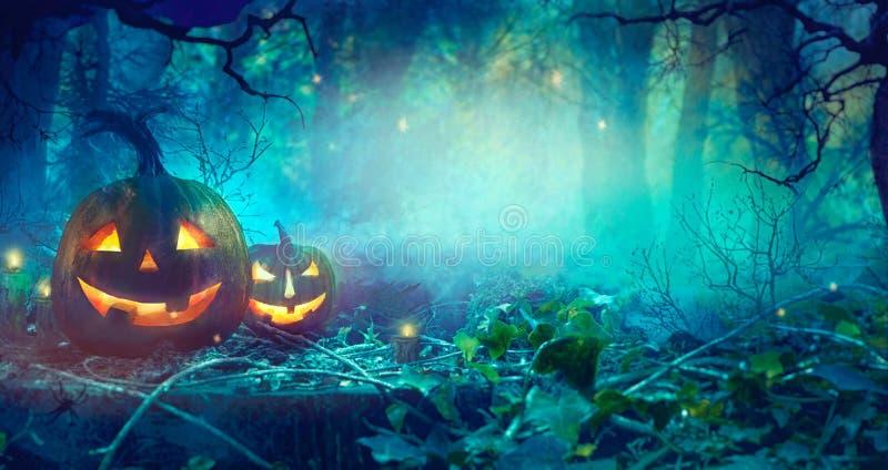 Halloween-Thema mit Kürbisen und dunkler Wald Halloween entwerfen stockfoto