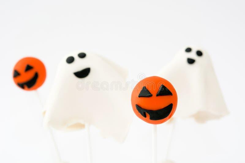 Halloween torta wystrzały z fantomem i dyniowym kształtem odizolowywającymi na białym tle obrazy stock
