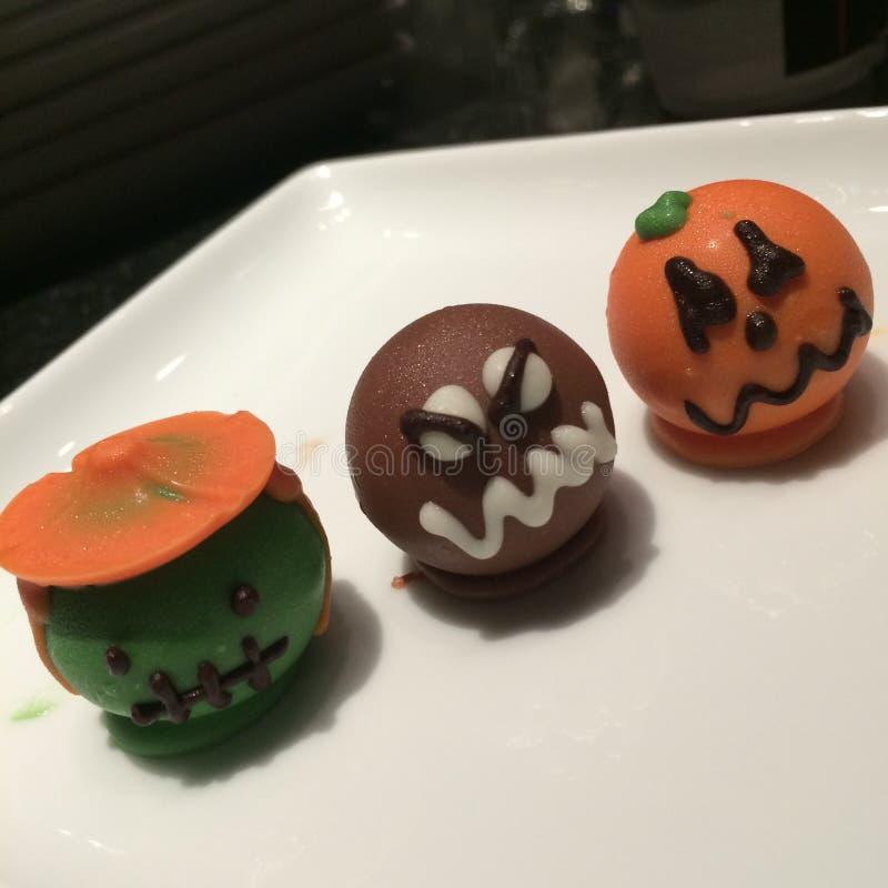 Halloween-Tortenbesteck - Kürbis, Monster und Frankenstein auf der weißen Platte stockfotos
