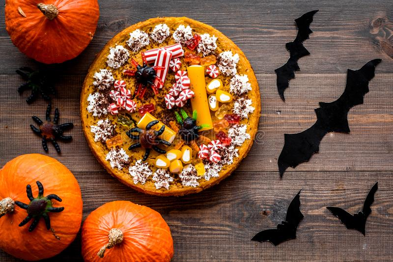 Halloween-Tradition Kürbiskuchen und Schläger auf Draufsicht des hölzernen Hintergrundes stockbilder