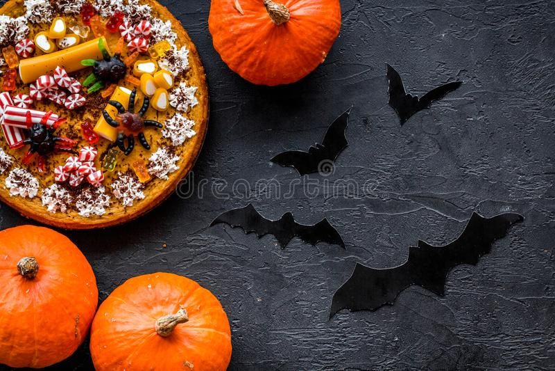 Halloween-Tradition Kürbiskuchen und Schläger auf Draufsicht des schwarzen Hintergrundes lizenzfreie stockbilder