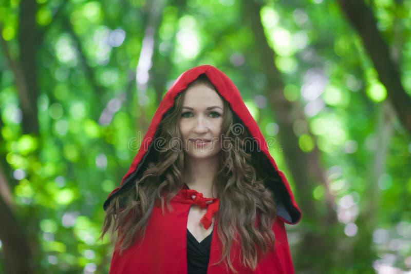 Halloween uma bruxa em um chapéu vermelho dentro fotografia de stock