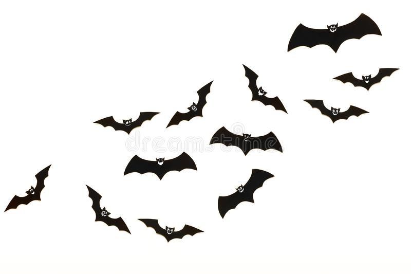 Halloween und Dekorationskonzept Nettes lächelndes schwarzes Papier schlägt das Fliegen über weißen Hintergrund lizenzfreie stockfotos