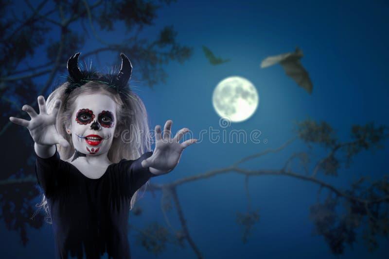 Halloween, vakantie, maskeradeconcept - het portret van jongelui weinig mooi meisje met schedelmake-up en hoornen Halloween, gezi royalty-vrije stock foto