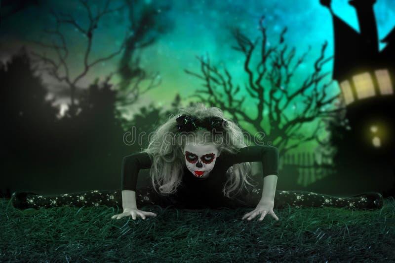 Halloween, vakantie, maskeradeconcept - het portret van jongelui weinig mooi meisje met schedelmake-up en hoornen Halloween, gezi stock fotografie