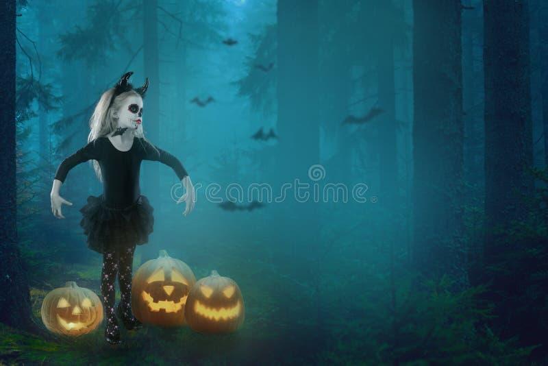 Halloween, vakantie, maskeradeconcept - het portret van jongelui weinig mooi meisje met schedelmake-up op pompoenenachtergrond Ha stock foto's