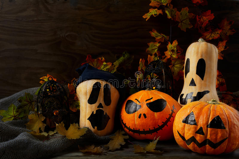 Halloween verzierte Kürbise auf dunklem rustikalem Hintergrund, Kopienbadekurort lizenzfreies stockfoto