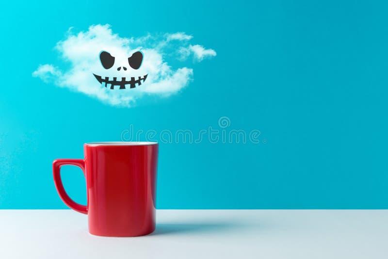 Halloween-vieringsconcept met kop koffie of hete dranken en knuppels op witte lijst royalty-vrije illustratie