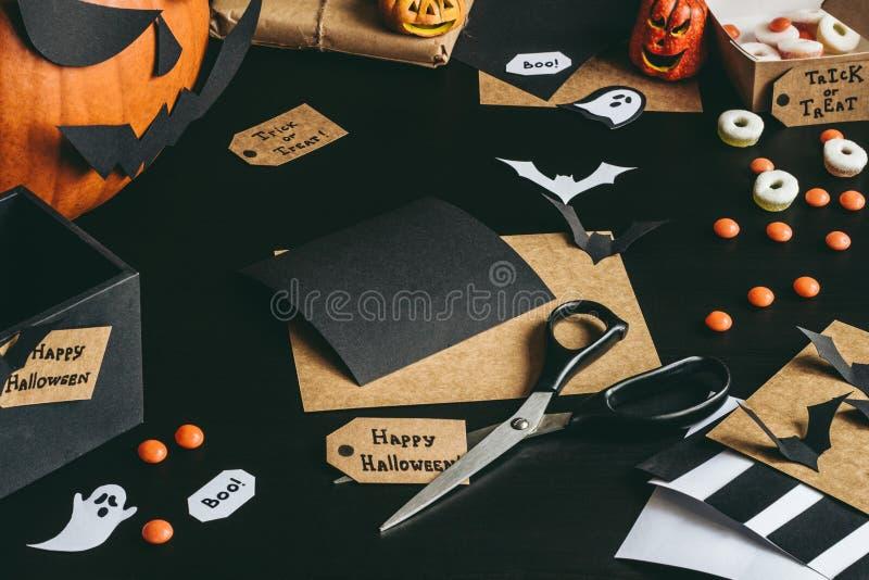 Halloween-voorbereiding Halloween-decoratie van ambachtdocument dat wordt gemaakt stock foto