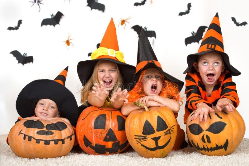Halloween Vrolijke kinderen die in Halloween-kostuums Halloween vieren stock foto