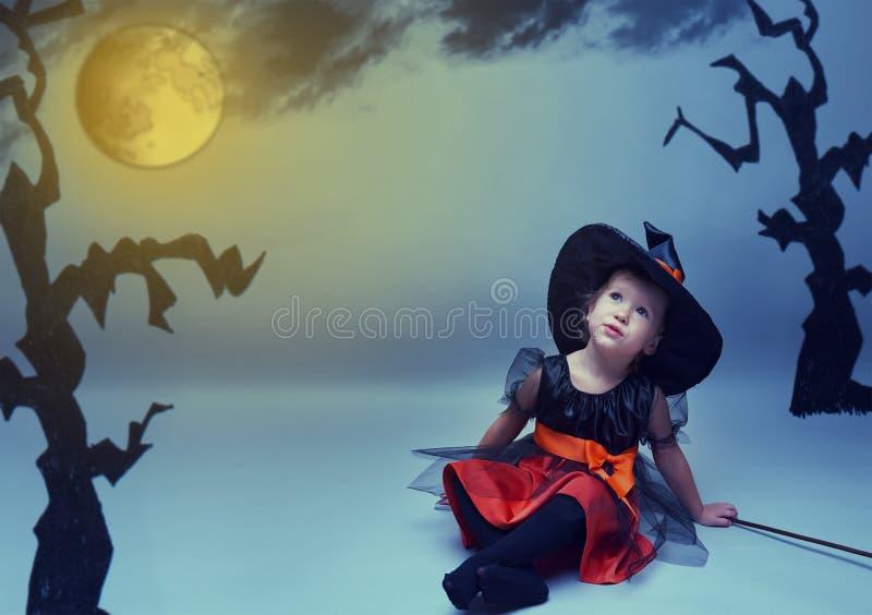 Halloween weinig heks droomt vlieg aan de maan in nachthemel stock afbeelding