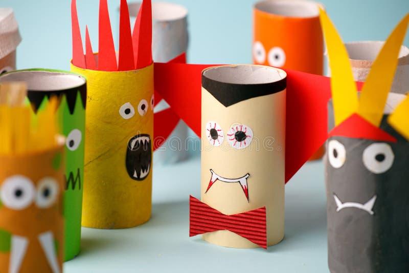 Halloween y concepto de la decoración - monstruos de la idea creativa diy simple del tubo del papel higiénico La reutilización re imagen de archivo libre de regalías