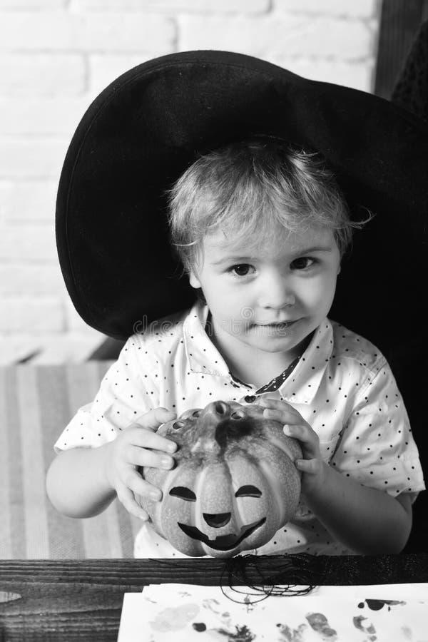 Halloween y concepto del partido El muchacho del mago hace la decoración para Halloween fotografía de archivo