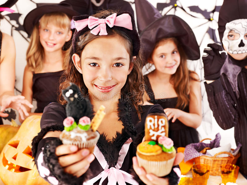 Halloween z dziećmi trzyma trikowego lub fundę. fotografia stock